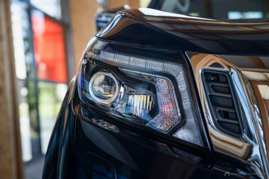 Nissan Navara Double Cab - Front lights