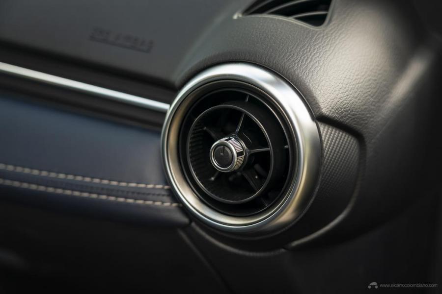 2020-Mazda2_Interior_16_hires