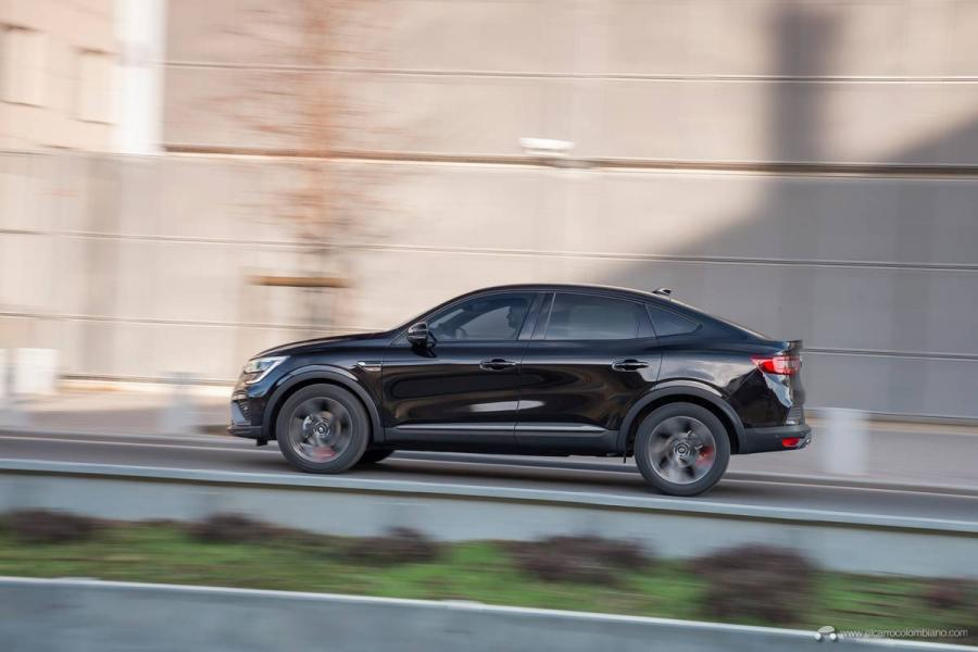 15-2021-Renault-ARKANA-Tests-drive-Metallic-Black