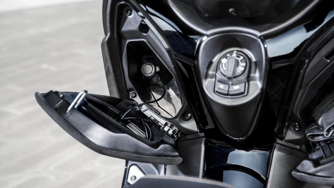 2019-Yamaha-XMAX300ASP-EU-Sword_Grey-Detail-011-03
