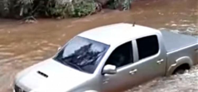toyota, pick-up, video de la Toyota Hilux, Toyota Hilux 2016, Toyota Hilux en el rio, Toyota Hilux logra salir de un rio, Toyota Hilux escapa del rio, Toyota Hilux